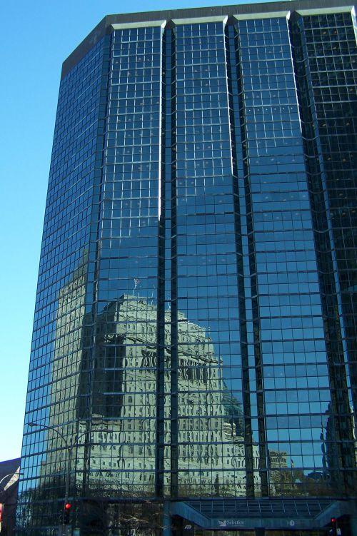 Edifice Sun life sur les vitres de l ' immeuble d ' en face