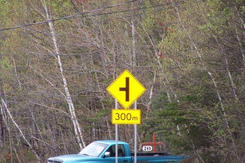 Annonce d ' une route sur la gauche .