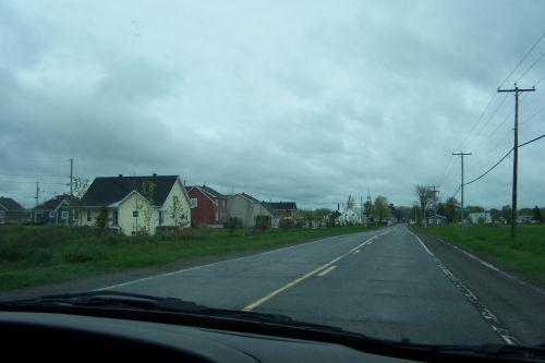 b) La route dans Saint-Isidore