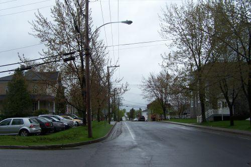 c) La rue de l ' école de Saint Isidore