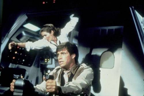 y_a_t_il_enfin_un_pilote_dans_l_avion_2_airplane_2_the_sequel_1982_portrait_w858.jpg