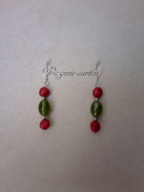 Boucles d'O. perle olive semi-précieuse verte et perle corail