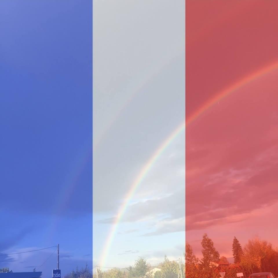 drapeau bleu blanc rouge dans l'arc en ciel.jpg
