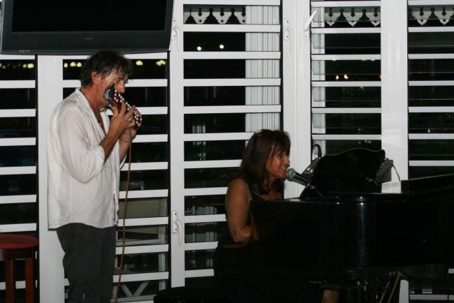 Katy Mangano en concert au Beach Plaza avec Jacky à l'accordéon