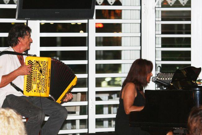 Katy Mangano en concert au Beach Plaza avec Jacky à l'accordéon 2