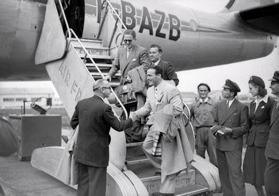 Marcel Cerdan à l'embarquement sur le F-BAZB en 1947. Il est avec Jo Longman _400.jpg