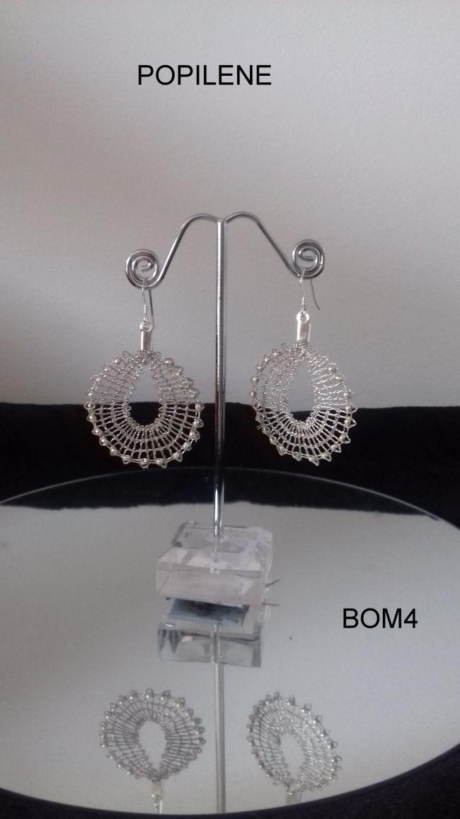 boucles d'oreilles réalisées avec du fil Lurex et ses perles de rocailles