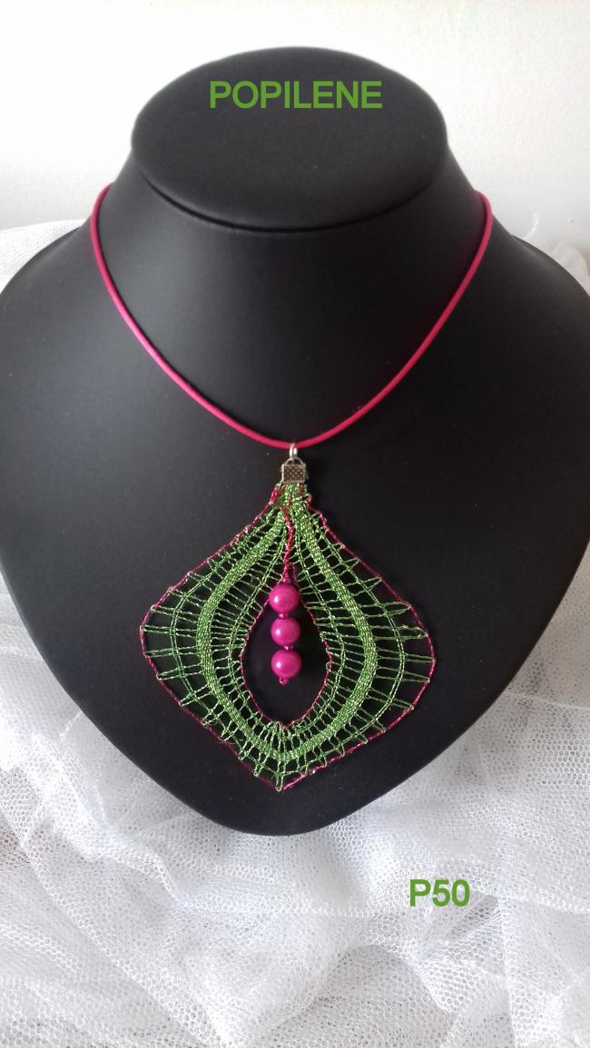 pendentif avec du fil lurex et ses perles en résine
