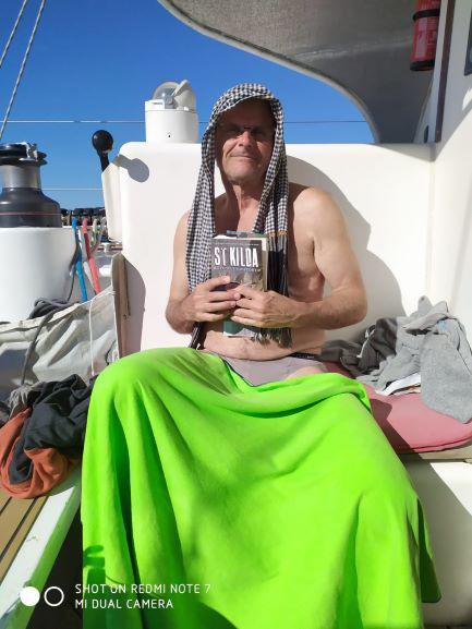 Philippe, le littérateur de l'expédition en pleine lecture, s'abrite du soleil avec un krama cambodgien.