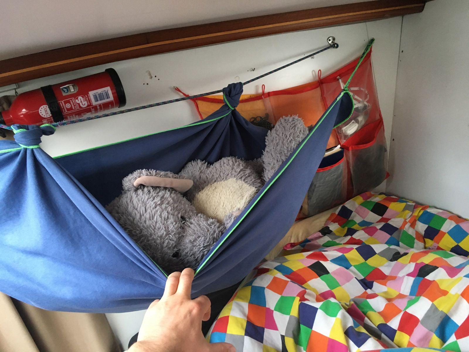 Willem m'a fait un hamac au dessus de son lit . Il est costaud !  je suis quand même un éléphant ....
