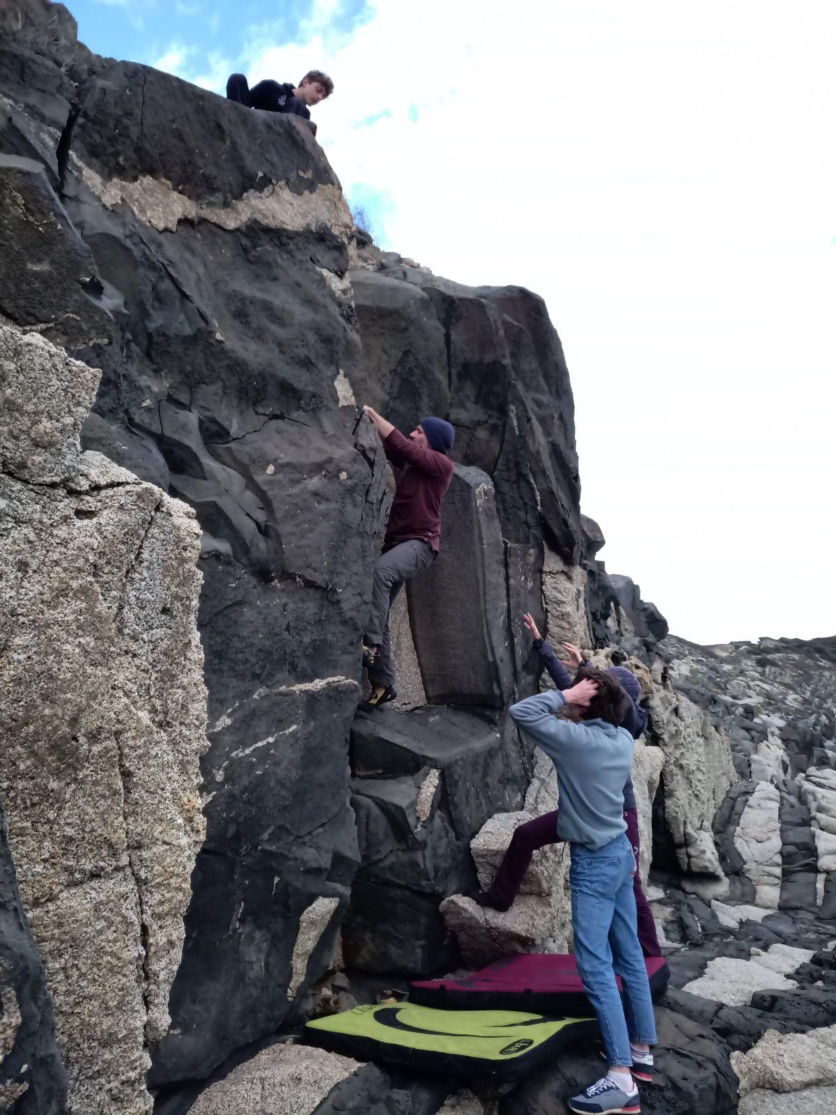 Un jour, a villasimius, en Sardaigne, tout le monde était réuni au pied d'un mur d'escalade. Un endroit exceptionnel paraît il. Parait il, parce que ce jour là, j'étais resté au bateau. Et ce jour là, dans cet endroit exceptionnel, dans ce cadre de grimpe avec la mer en décor, Julien s'est fait mal. Un gros bloc de rocher s'est décroché. Tombant sur sa cuisse.  Ben voilà, je n'etais pas la pour veiller sur eux.Il parait que c'est 10 secondes après cette photo que Julien est tombé quand le gros bloc s'est décroché ....