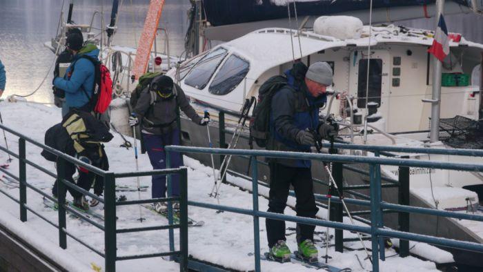 on chausse les skis sur le ponton