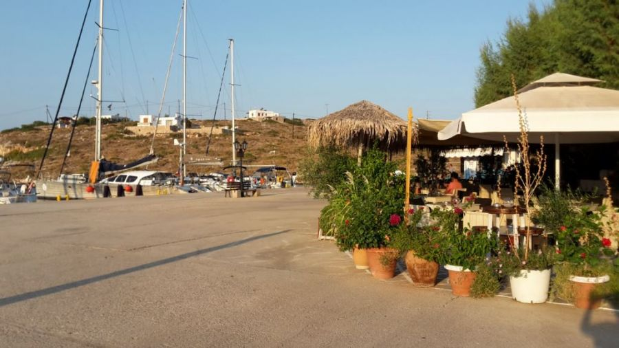 un port typiquement Grec. Zero amarré devant une taverna