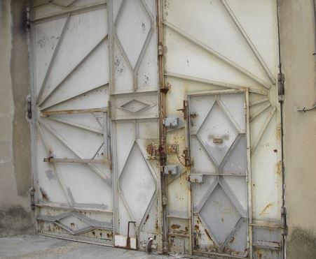 2 - portail d'accès des fourgons.JPG