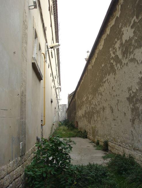 26 - Espace entre prison et mur d'enceinte coté chapelle.JPG