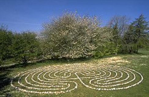 2 - Labyrinthe de pierre a Valbypark Danemark.png