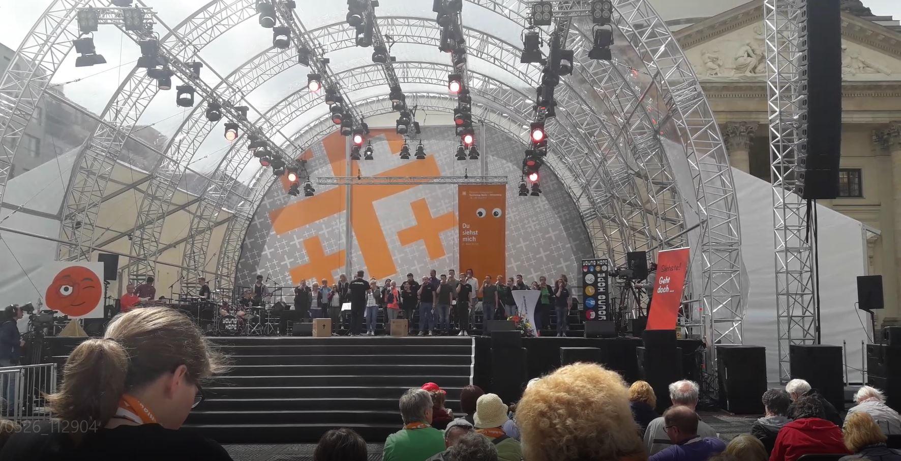 Podium du Kirchentag.JPG