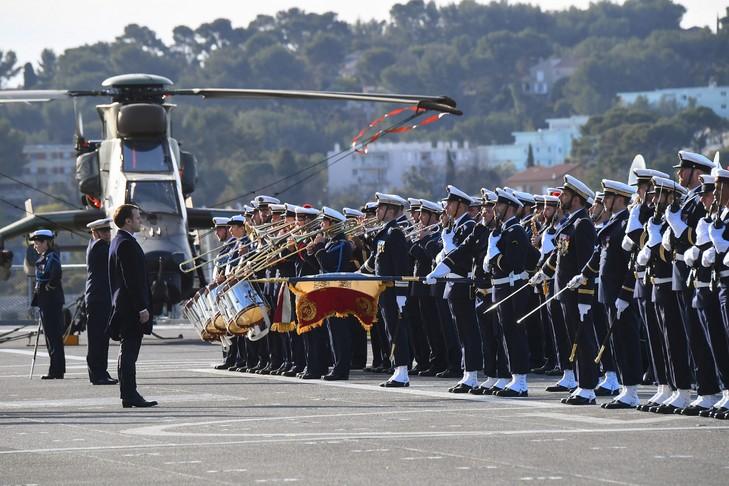 20 - Emmanuel-Macron-devant-militaires-marine-navire-Dixmude-Toulon-19-janvier-2018_0_729_486.jpg