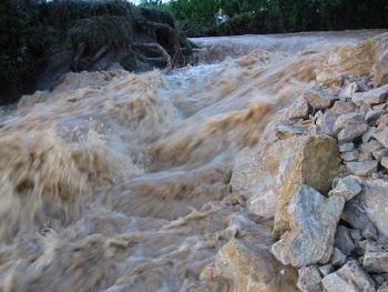 30 _ La Digue sud de la roubine du Grés s'est rompu le 9-9-2002.jpg