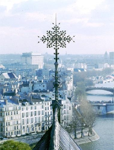 C30 Vouivre sous la croix du choeur de Notre Dame.jpg