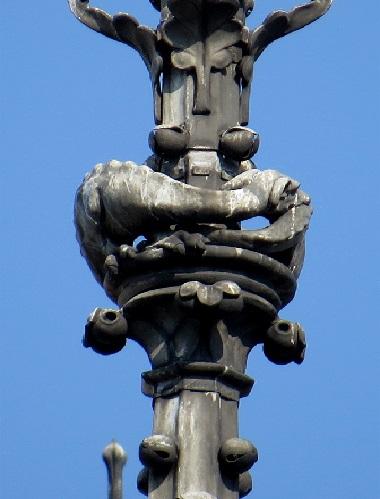 C32 Vouivre sous la croix du choeur de Notre Dame.jpg