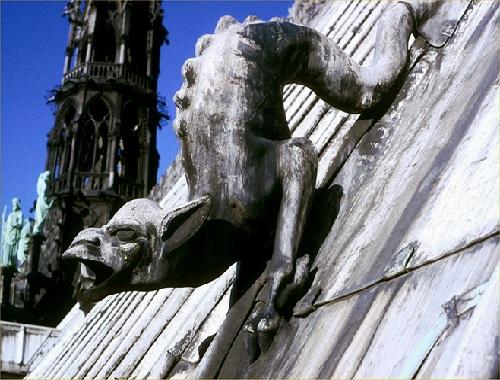 C34 La Vouivre descend de la croix de l'abside.jpg