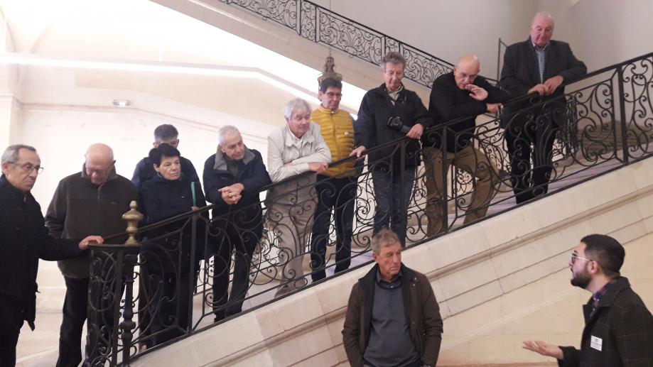 23 - Les seniors écoutant les explications du guide.jpg