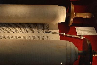 22 - 4 - Sefer Torah_et_jad.jpg