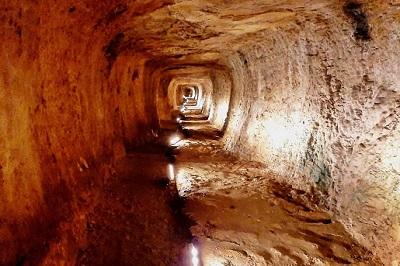 Tunnel d'Eupalinos.jpg