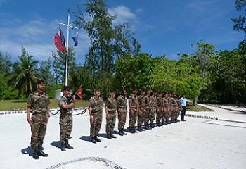 45 - 1 -  GRANDE_GLORIEUSE Max_détachement_militaire-et le gendarme.jpg
