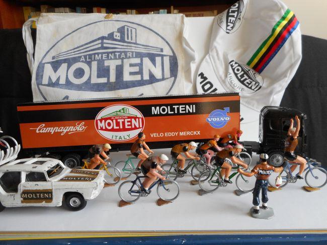 mar35 0231 - Equipe Molteni Arcore ... le camion, la 404 Salza, les cyclistes Roger et Salza ...
