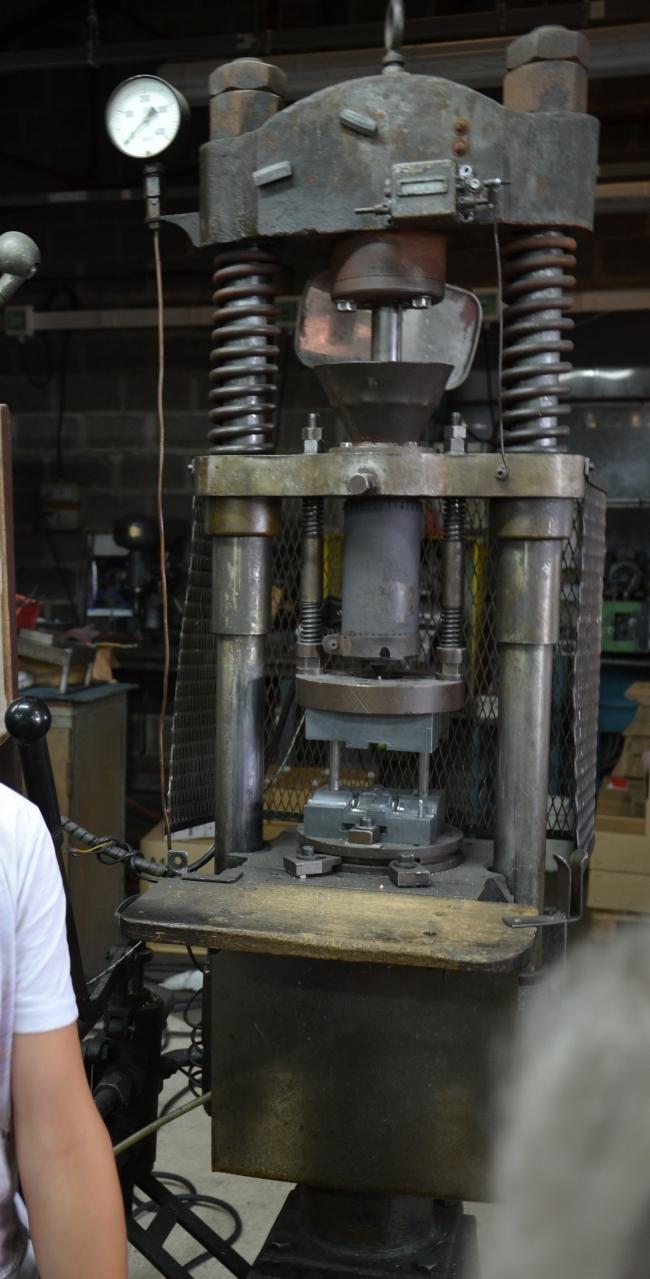 Roger 18 - La machine qui permet d'injecter les cyclistes amovibles en plastique