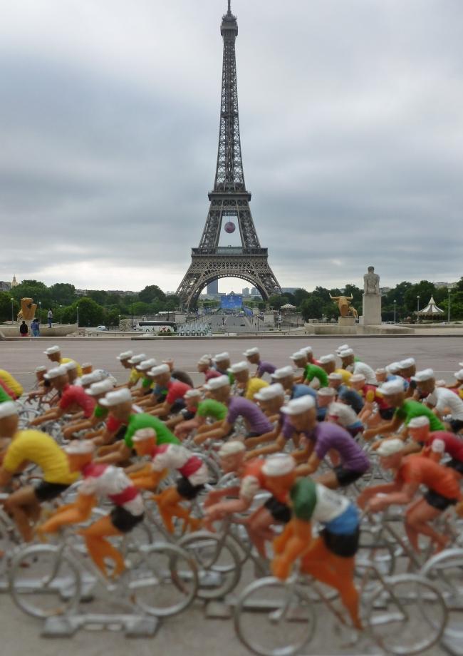 lud78 006 - Au pied de la tour Eiffel