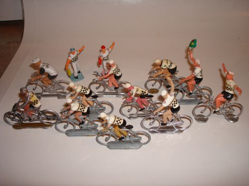 k 03 Quelques cyclistes perdus au milieu de centaines de Peugeot