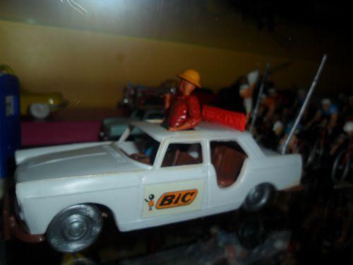 ric06 006 - INCONTOURNABLE ......INCONTOURNABLE avec son casque colonial et  sa grande silhouette ....Jacques Goddet dans sa 404 de la Direction de la course (Cofalu)