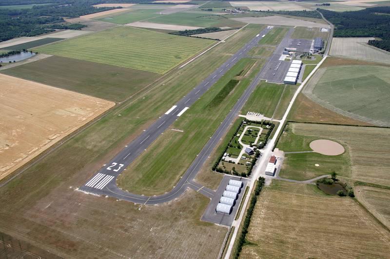 1_aeroport Orleans_airfield.jpg