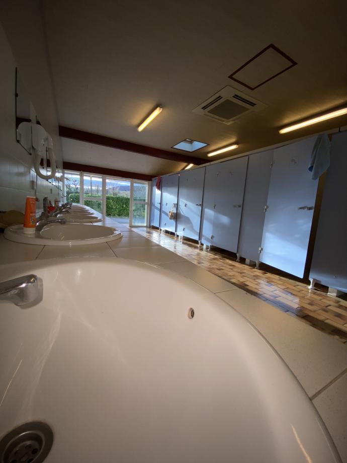 sanitaire, avec ses cabines douches