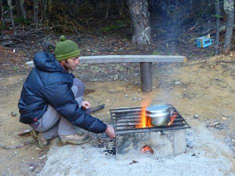 Cuisine au feu de bois au camping de la reserve de Cerro Castillo