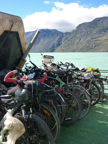 On embarque, sur une barque avec 14 vèlos et 16 personnes