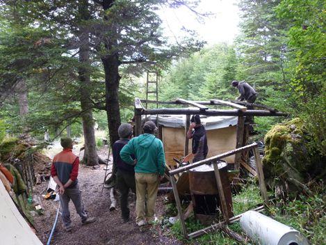 Pour passer le temps en attendant un bateau, on aide a construire un cabane en bois