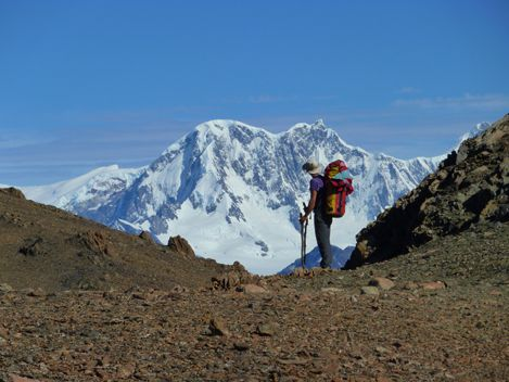 Julie en haut du Paso del Viento, en arriere plan la chaine de montagne du Campo Hielo Sur