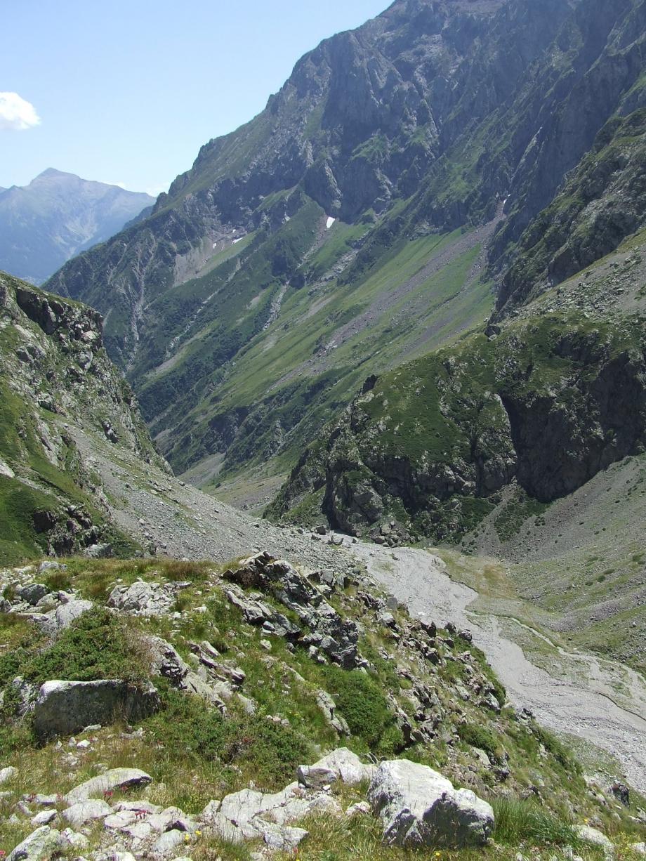 Du plateau supérieur de Val Estrèche vue plongeante sur le plateau intermédiaire - Haute route du Vieux Chaillol - 26.07.07.JPG