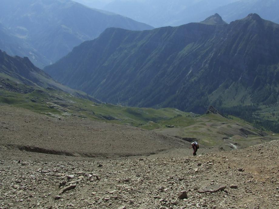Muriel aux prises avec le mauvais terrain de la montée au Col de Côte-Longue - Haute route du Vieux Chaillol - 27.07.07 - 3.JPG