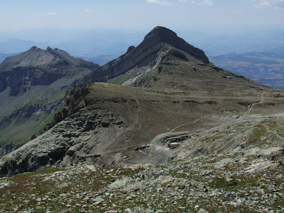 Le Col de Riou Beyrou la Cabane des Parisiens et le Tourond depuis la descente du Vieux Chaillol - Haute route du Vieux Chaillol - 27.07.07 - 2.JPG