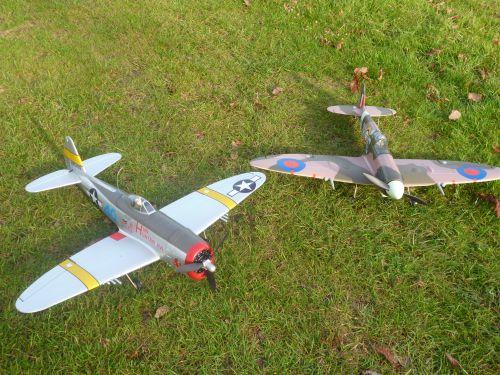 P47 et Spitfire (avions de combat)