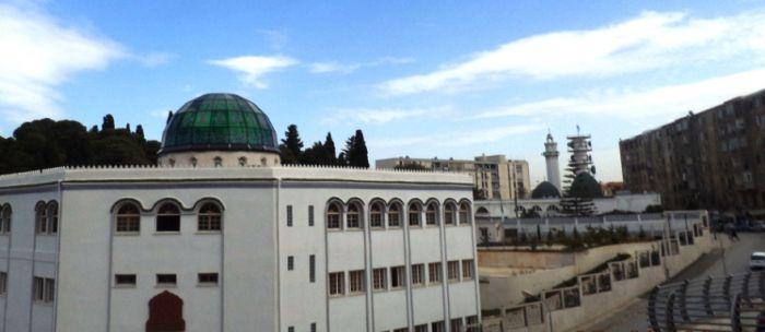 Vue du quartier la Concorde à Birmandreis (Alger). Au premier plan, la nouvelle école coranique; derrière la mosquée; en arrière- plan, des installations des télécoms.Photo prise par Slimane Azayri (Benelhadj) en mars 2013.