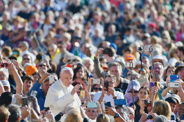 Pape François au milieu de la foule.jpg