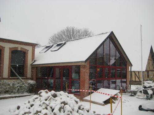 la mairie en travaux sous la neige