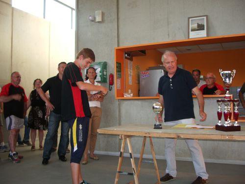 Le président jean Andreu distribue les récompenses assistée de la représentante des services des sports madame ROURE Kevin ému & heureux