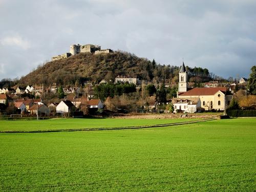 Malain_chateau_église.JPG